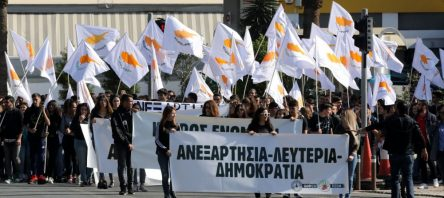 """Rumlar KKTC sınırlarına yürüdü… """"Kıbrıs Helendir Türkler dışarı"""""""
