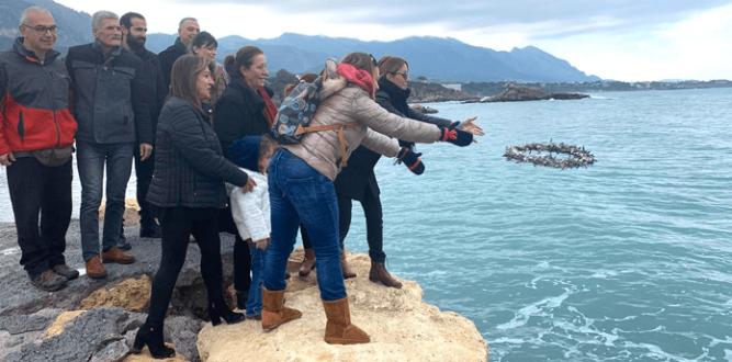 Bazı Kıbrıslı Türkler ve Rumlar papazlarla birlikte  denize zeytin dalı  attılar… Bir bu eksikti!
