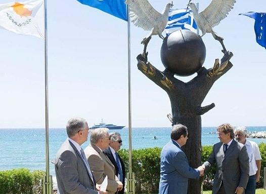 Sözde Barış Anıtı'nda yunan bayrağı