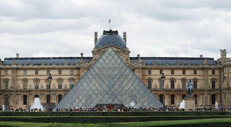 Sokak Sanatçısı Piramidi Yok Etti